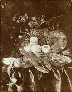 Stilleven met kreeft, fruit, geschilde citroen, roemer, zilveren schaal en faience-schaal op een donker kleed