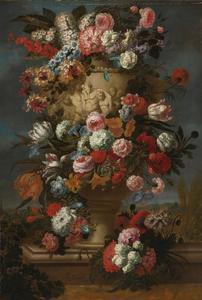 Klassieke vaas met relief van bacchanten omringd door bloemen in een landschap