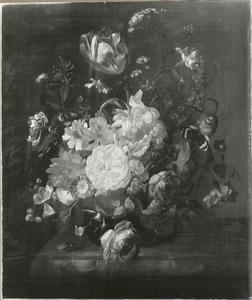 Bloemen in een glazen vaas, met insecten, op een marmeren blad