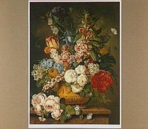 Boeket van zomerbloemen in een geornamenteerde vaas op een marmeren plint