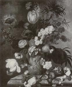 Bloemstilleven in een terracotta vaas op een marmeren blad voor een parklandschap