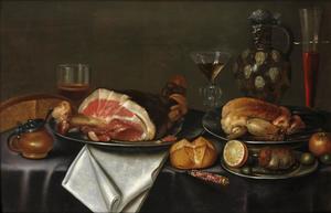 Stilleven met een ham en kip op zilveren borden