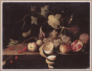 Stilleven met druiven, peer, granaatappels, kersen, perziken en geschilde citroen naast een wijnglas op een stenen tafelblad