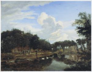 Riviergezicht met wachtenden bij een veerpont, tussen de bomen is een dorpje zichtbaar