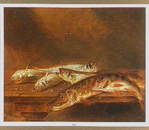 Stilleven van vissen op een houten tafel