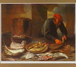 Een vishandelaar maakt een vis schoon aan zijn kraam.