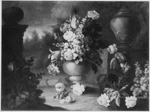 Parkachtig landschap met stilleven van bloemen in een stenen vaas
