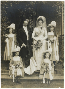 Portret van Leendert Marinus Schuurbeque Boeye (1863-1937) en Agnes Henriette Labouchere (1873-1942) en vier bruidsmeisjes