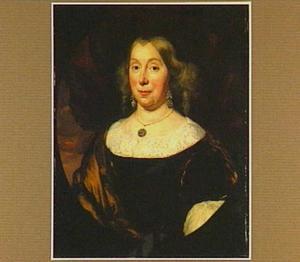 Portret van een vrouw, ten halven lijve, met grote diamanten oorbellen en pendant