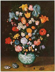 Bloemen in een porseleinen vaas met vergulde voet, schelpen, vlinder en vlieg
