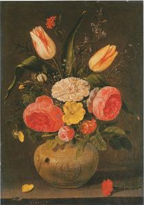 Bloemen in een steengoed vaas met medaillons op een stenen plint