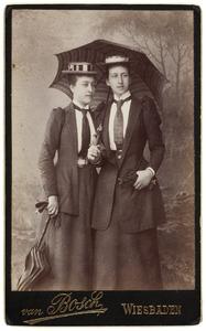 Portret van Amelie Jeanne Elisabeth Marthe Blanckenhagen (1875-1952) en Joanna Margaretha Elisabeth van de Poll (1872-1970)