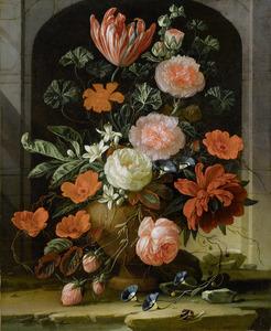 Bloemen in een stenen vaas op een stenen plint