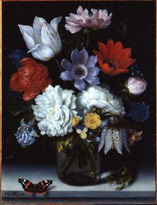 Bloemen in een glazen fles op een stenen plint, met een vlinder en een hagedis