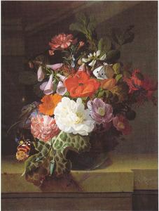 Bloemen in een glazen vaas op een stenen balustrade