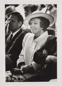 Portret van koningin Beatrix bij een opening in de Paleistuin