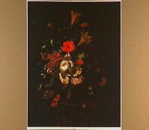 Bloemen in een glazen vaas op een geprofileerde console