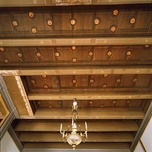 Balkenplafond beschilderd met vakken en rozetten