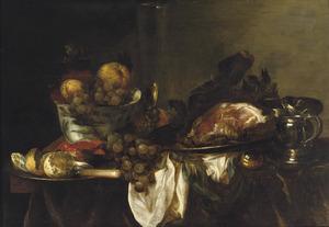 Stilleven met fruit en etenswaren op een tafel met siervaatwerk