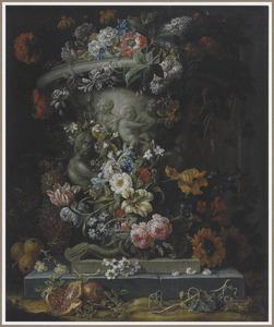 Bloemen en vruchten rondom een gedecoreerde tuinvaas