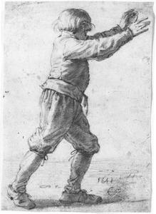 Roepende, lopende jongen met uitgestrekte armen