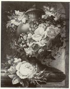 Dekselvaas omgeven door een guirlande van bloemen op een stenen plint in een nis