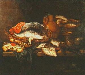 Visstilleven met kabeljauw en zalm in mand, daarnaast krabben en schol, een weegschaal en kan met deksel