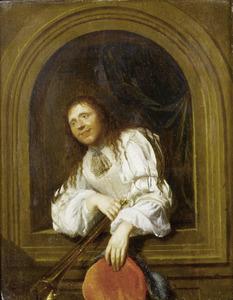 Man uit een venster leunend met in de ene hand een baret en de andere een trompet