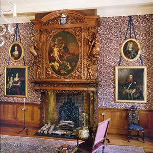 Gebeeldhouwde schoorsteenboezem met schildering