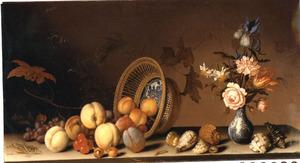 Stilleven met omgevallen mand met vruchten, schelpen en een vaas met bloemen