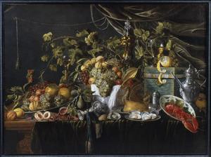 Stilleven met vruchten, siervaatwerk, een pastei en een kreeft