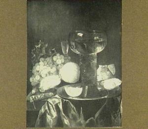 Stilleven met roemer, bord, citroen en druiven