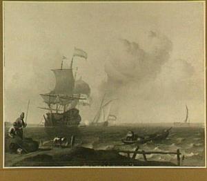 Hollands oorlogsschip voor de kust; links op de kant twee vissers met een hond