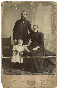 Portret van Leendert Johannes Mol (1846-1928), Johanna Maria de Willigen (1857-1907) en Jeanette Barendina Willemina Jacoba Mol (1898-1971)