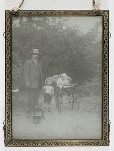Portret van een man en twee kinderen