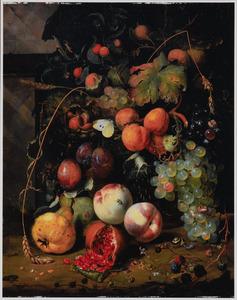 Stilleven van vruchten in een mand tegen een architecturale achtergrond