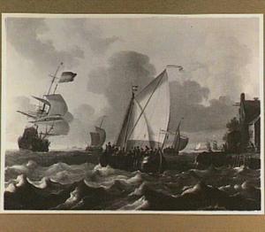 Zeilschepen op bewegelijk water, rechts een oever met een herberg; in de verte twee molens