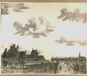 Hollands landschap met trekschuit in een vaart, links een gebouwencomplex genaamd 'De Monnik'