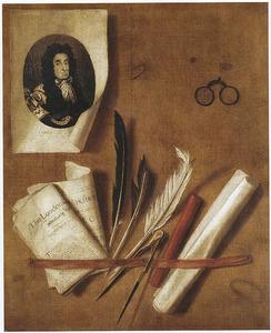 Trompe l'oeil van een brievenbord met een bril en een portretprent van Karel II Stuart (1630-1685), koning van Engeland