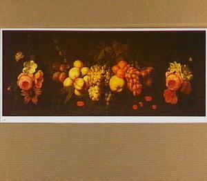 Guirlande van vruchten en bloemen opgehangen aan spijkers