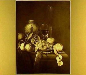 Stilleven met fruit, Chinese pot en andere objecten
