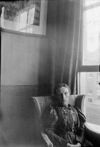 Portret van de moeder van Marie Jordan Breitner in het huis van George Hendrik Breitner aan de Overtoom te Amsterdam