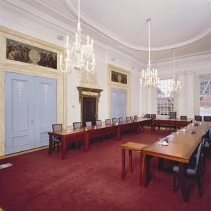 Raadzaal met twee bovendeustukken