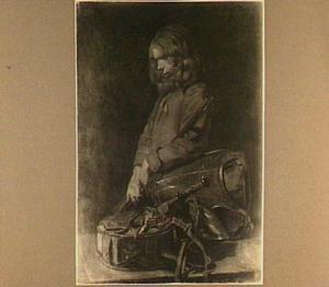 Jonge man met een geweer, ingedommeld bij een ransel, kuras en helm