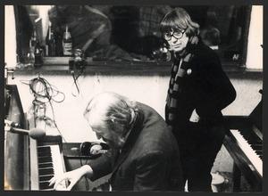 Lotti van der Gaag en pianist Paul Ruijs in een opnamestudio in het Gooi