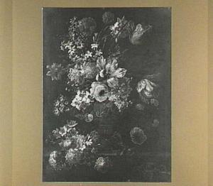 Stilleven van rozen, tulpen, narcissen en andere bloemen op een stenen plint