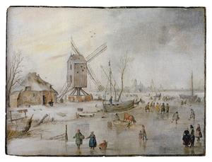 Winterlandschap met figuren op het ijs bij een windmolen, in de verte een stad