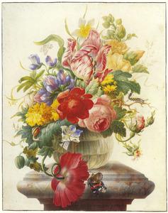 Bloemen met atalanta in een glazen vaas op een marmeren voetstuk