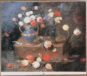 Bloemstilleven met rozen in lapis-lazuli kan en glazen vazen