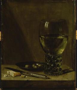 Stilleven met roemer, tinnen bord met olijven, een mes en brood, op een tafel zonder kleed